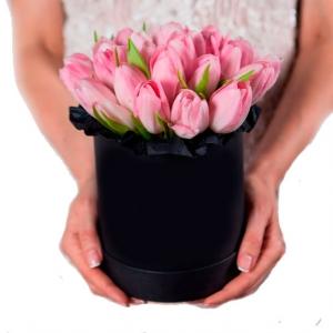 Шляпная коробочка с розовыми тюльпанами