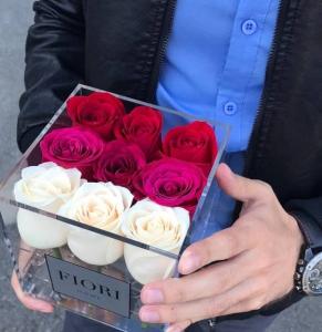 Розы в боксе из оргстекла разноцветные