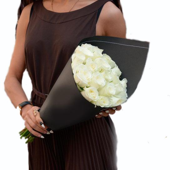 Букет из 21 белой  розы в упаковке
