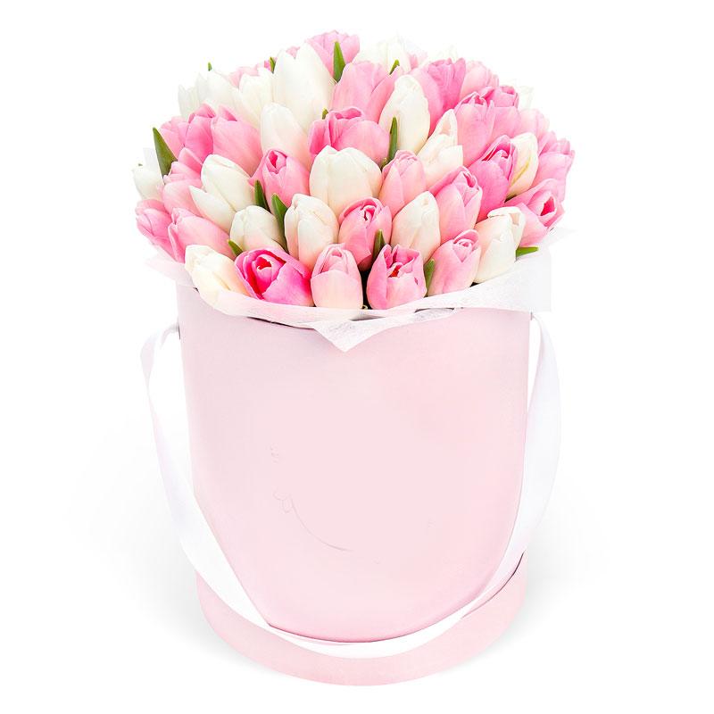 Шляпная коробка с розовыми и белыми тюльпанами
