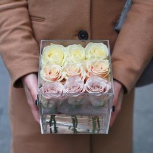 Пастельные розы в боксе из оргстекла