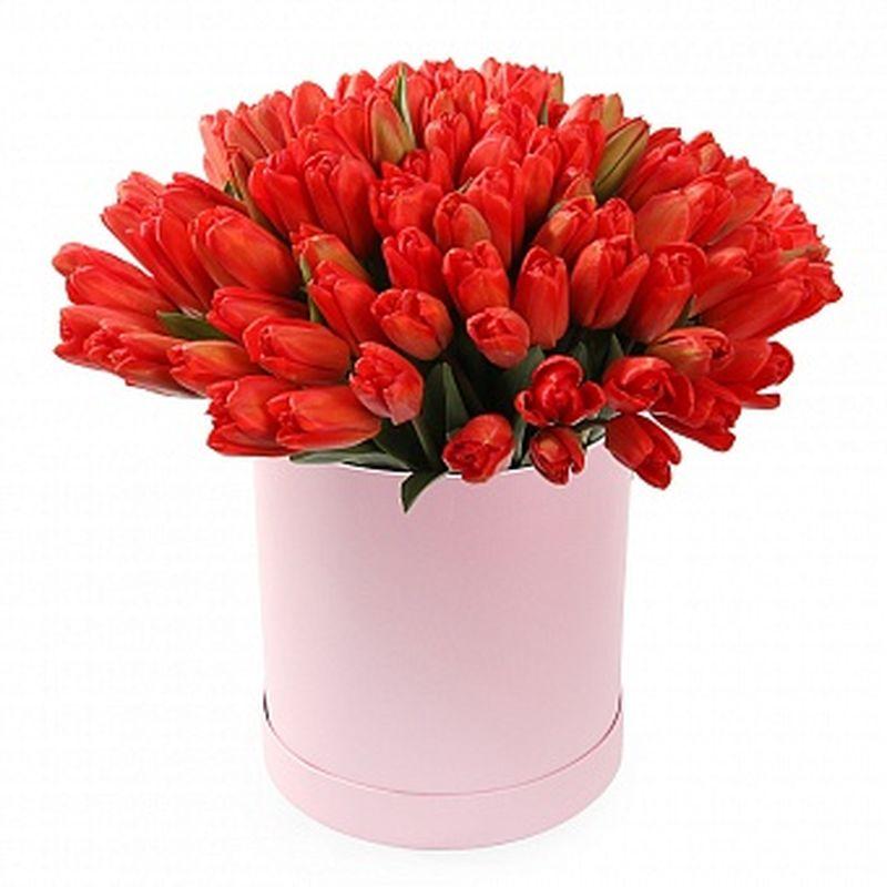Коробка с красными тюльпанами