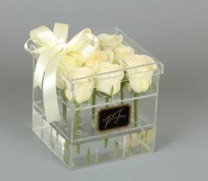 Белые розы в боксе из оргстекла